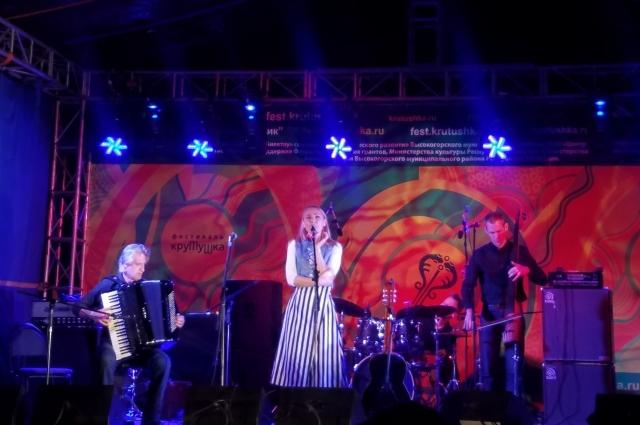 Девушка исполняет свои песни на татарском языке.
