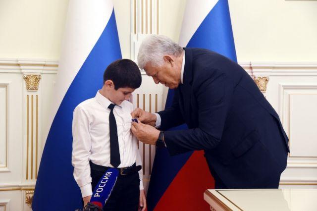 Награждение Давлетхана Агабекова медалью Совета Федерации «За проявленное мужество».