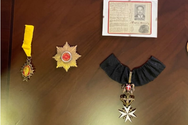 Орден Заслуг pro Merito Melitensi (Мальтийский крест) - справа, знак ордена и звезда венесуэльского ордена Франсиско де Миранды.