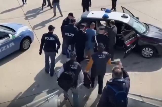 Преступник в руках итальянских полицейских. Скрин видео.