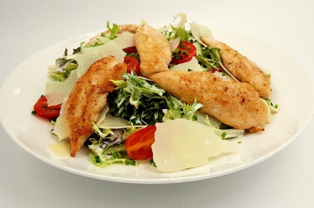 Любители салата «Цезарь» должны попробовать салат с корюшкой.