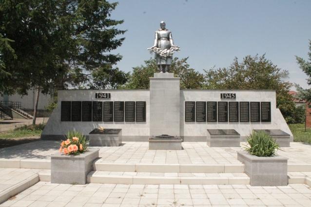 Жители станицы Баклановской 9 мая принесут цветы к памятнику со списком погибших дедов и прадедов.