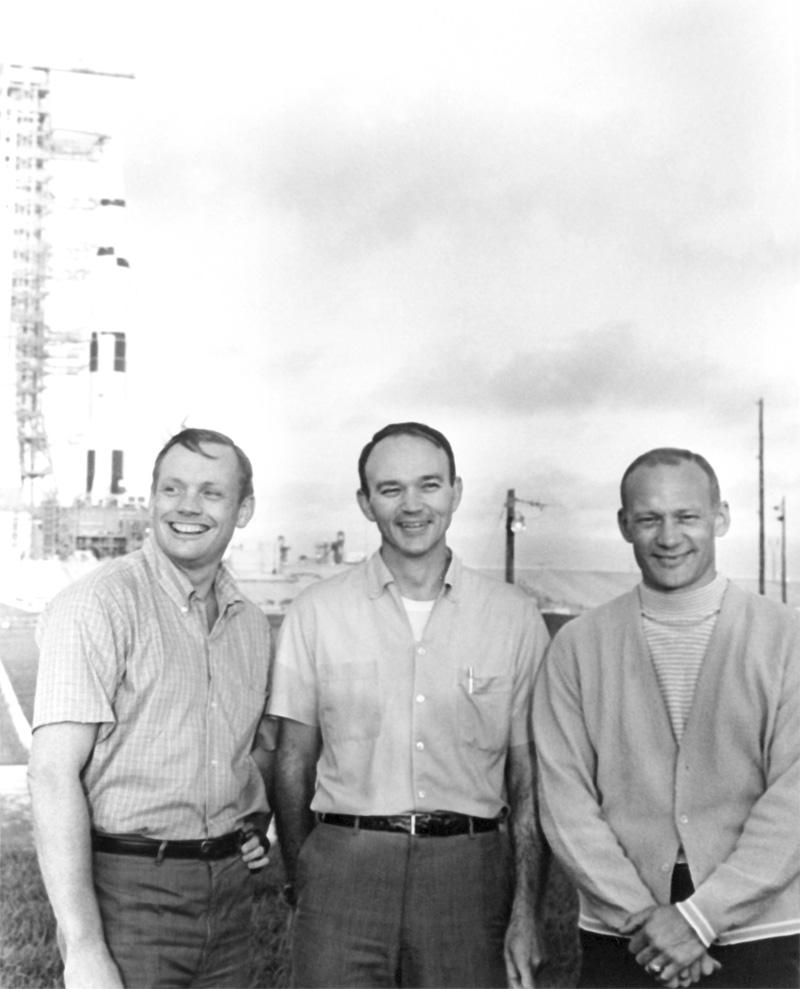 Нил Армстронг, Майкл Коллинз и Базз Олдрин стоят возле космического аппарата Аполлон-11