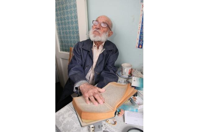 102-летний копейчанин много читает, старается не пропускать свежие газеты