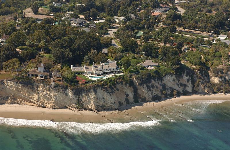 Фотография побережья номер 3850 из проекта California Coastal Records Project, на которой запечатлены владения госпожи Стрейзанд (2002 год)