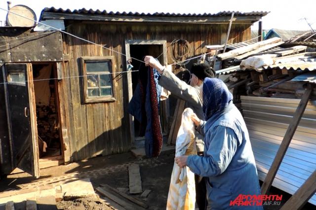 Пенсионеры сушат бельё, которое намокло во время тушения пожара