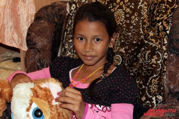 Видя красивую 9-летнюю Лизу, сложно представить, что еще в два года она не умела ни ходить, ни разговаривать и была очень болезненным ребенком