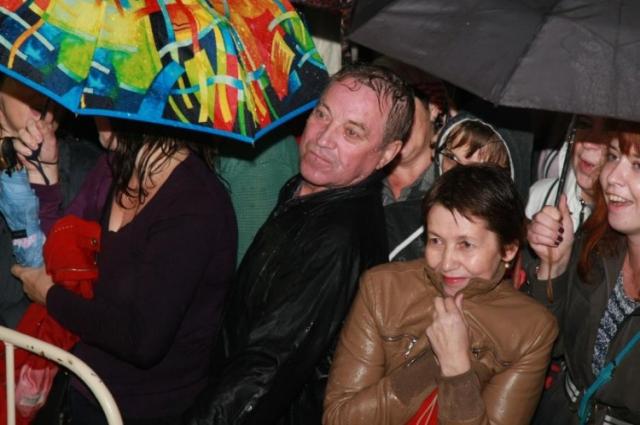 На улице лил дождь, но поклонников группы это не испугало.