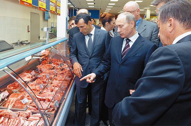 2009 г., Москва. В. Путин лично проверяет цены и торговые надбавки.