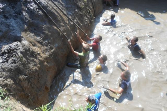 Поплавали в грязи