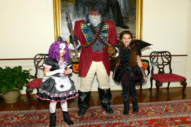 Люди традиционно наряжаются в пугающие костюмы.