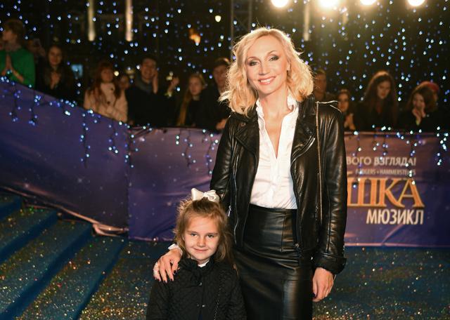 Певица Кристина Орбакайте с дочерью Клавдией на премьере мюзикла «Золушка» в театре «Россия» в Москве.