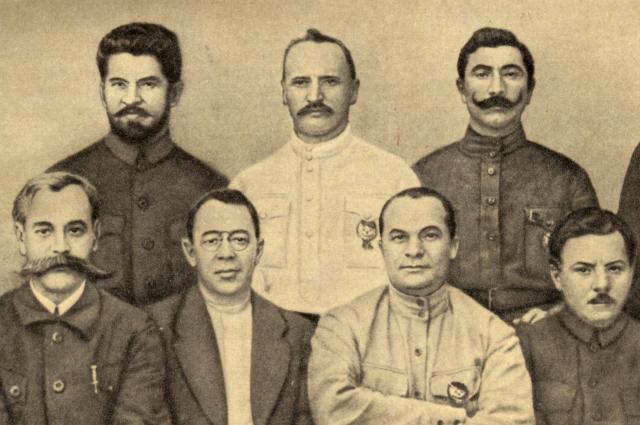 Семён Будённый крайний справа в верхнем ряду.