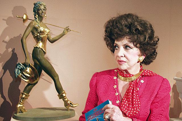 Джина Лоллобриджида навыставке своих скульптурных работ «Великие женщины» вГосударственном музее изобразительных искусствим. А.С. Пушкина.
