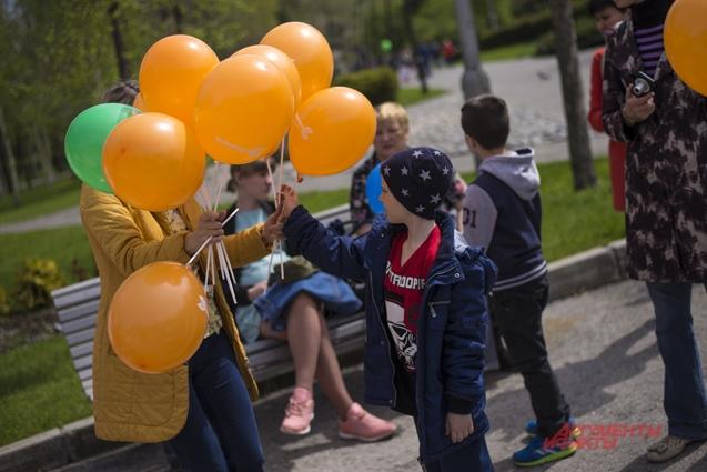 Партнеры мероприятия СЛК «Дивногорский» раздавали малышам шарики.