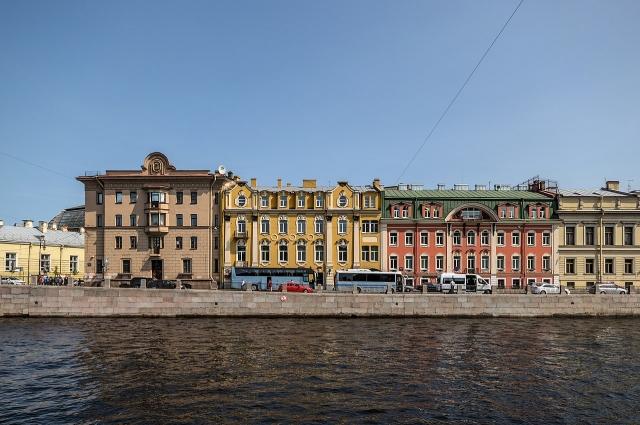 На набережной Фонтанки располагалось издательство, с которым сотрудничал молодой поэт.