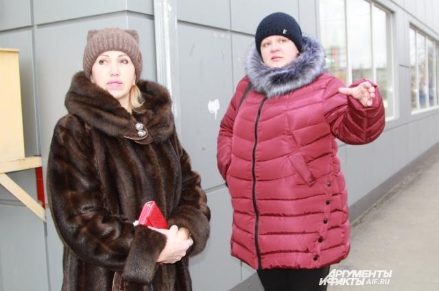 Марина Коржаева (справа) уверена, что её семья заразилась из-за водопроводной воды.