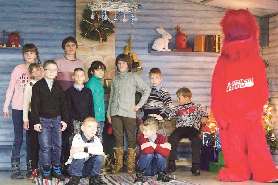 До сказочного концерта ребята наигрались и нафотографировались с ростовой куклой-собачкой Аифкой.