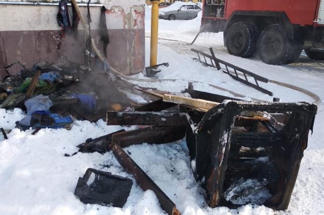 В результате пожара сгорел диван и личные вещи хозяина квартиры