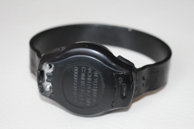 На каждом электронном браслете выбит идентификационный номер.