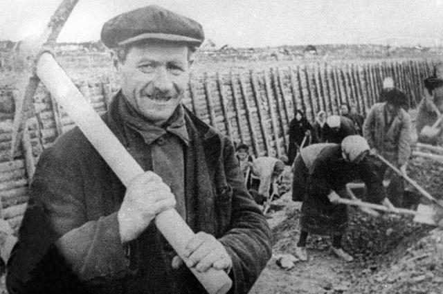 Жители Ленинграда на строительстве участка Лужского оборонительного рубежа, 1941.