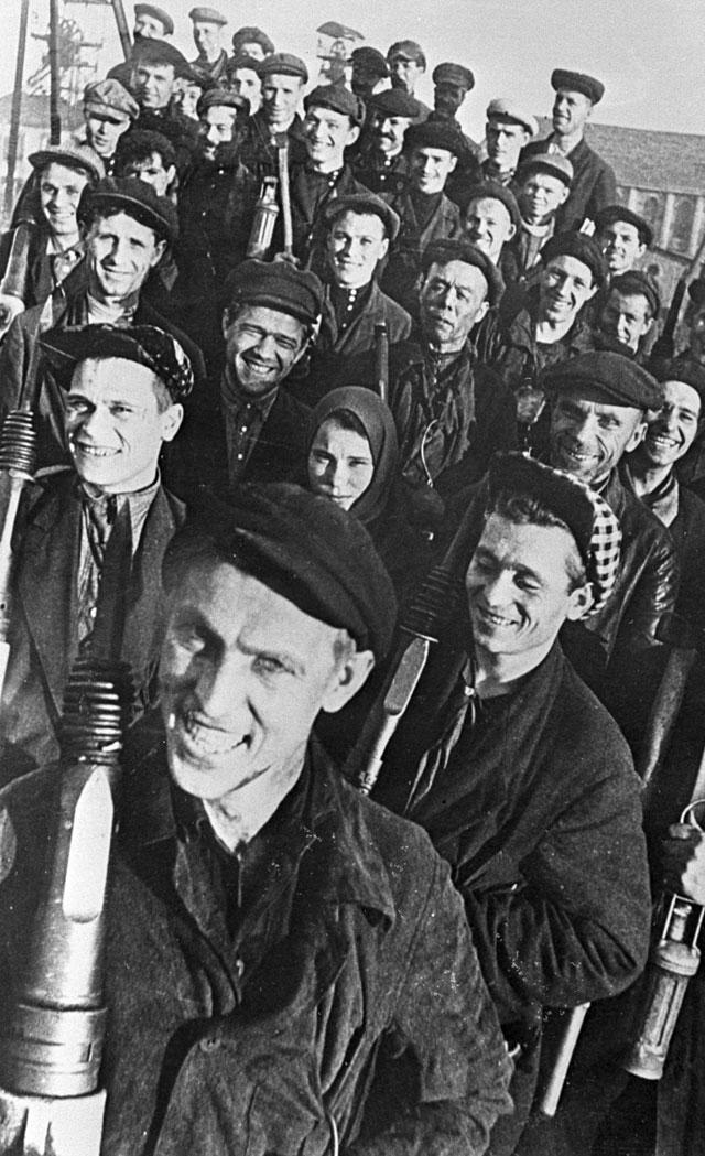 Алексей Стаханов (на переднем плане), новатор угольной промышленности, основоположник Стахановского движения, среди шахтеров Донбасса. Украинская ССР. 1935 г.
