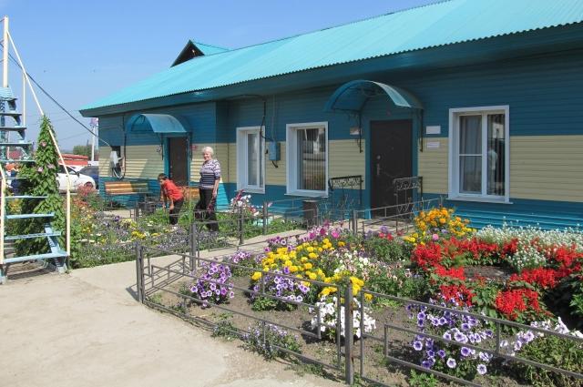 Клумбы у здания Хлебоприёмного предприятия пестрят разнообразными цветами, высаженными заботливыми руками Людмилы Михайловны.
