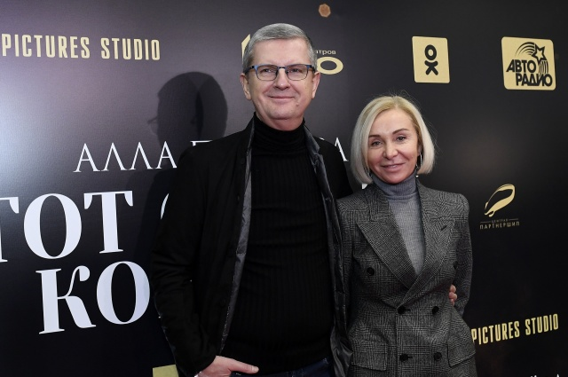 Глава дирекции музыкального вещания телекомпании «Первый канал», продюсер Юрий Аксюта и Светлана Караерова,