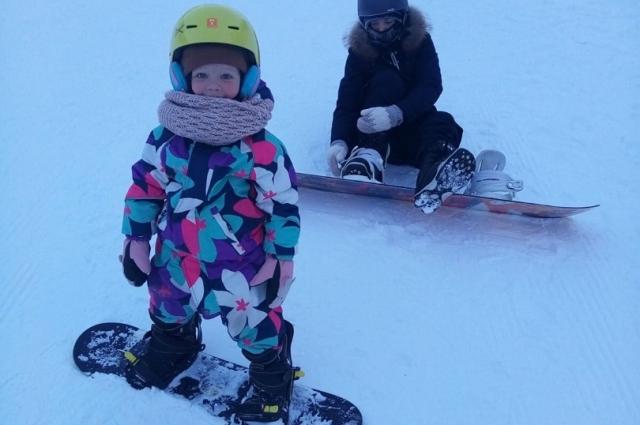 Двухлетняя сноубордистка.