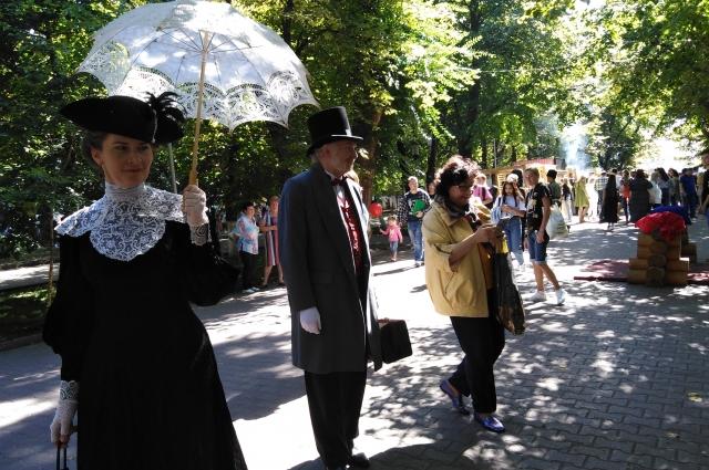Купцы-толстосумы и барышни в пышных нарядах позапрошлого века прогуливались по осеннему городскому саду.