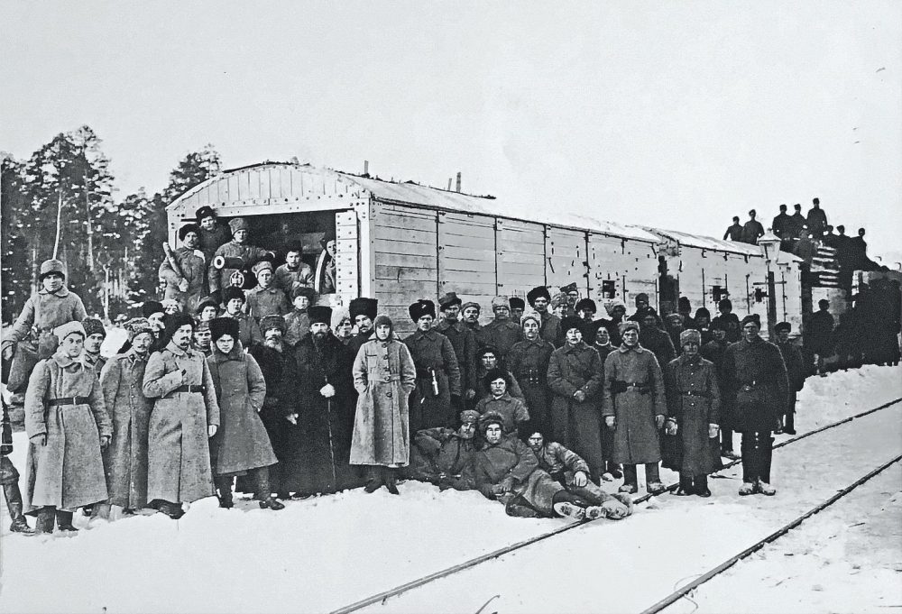 Военнослужащие 16-го Ишимского стрелкового полка на станции Кушва. В рядах солдат и офицеров – настоятель Верхотурского монастыря отец Ксенофонт (Медведев).