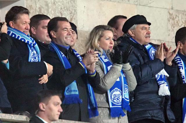 Дмитрий Медведев на трибуне во время матча между ФК Зенит и ФК Шахтёр . 2011 год