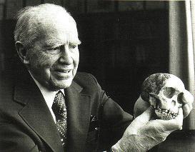 Раймонд Дарт с черепом австралопитека.