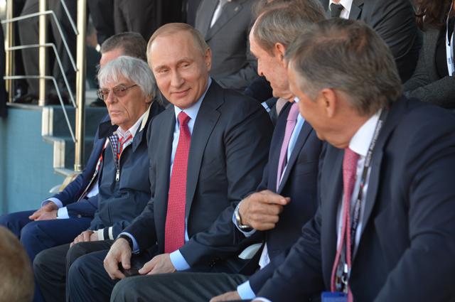 Президент России Владимир Путин (вцентре) натрибуне «Сочи Автодрома». Слева— генеральный промоутер «Формулы-1» Берни Экклстоун.