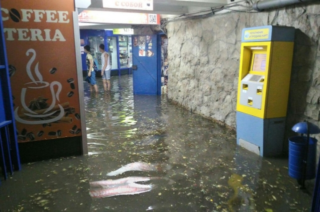 В одном из подземных переходах Ростова после ливня.