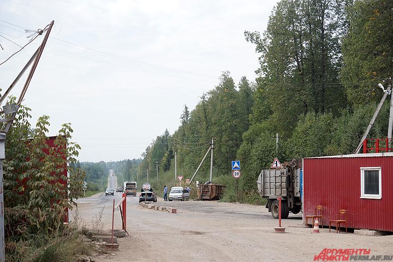 Перед въездом находится контрольно-пропускной пункт с вереницей большегрузов.