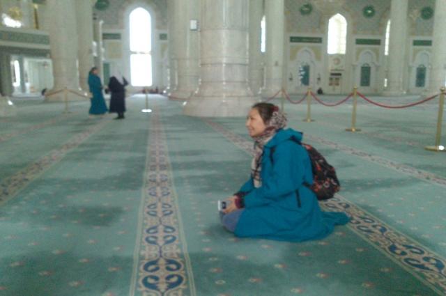 Женщины, пришедшие в мечеть, надевают специальные халаты.