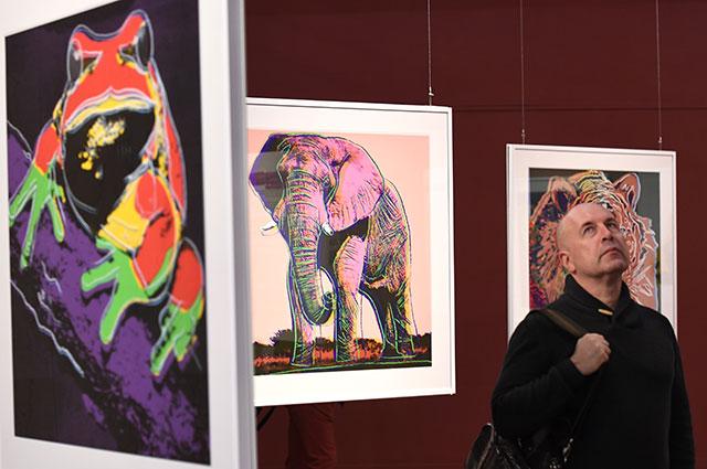 Посетитель наоткрытии выставки «Энди Уорхол. Вымирающие виды» вДарвиновском музее вМоскве.