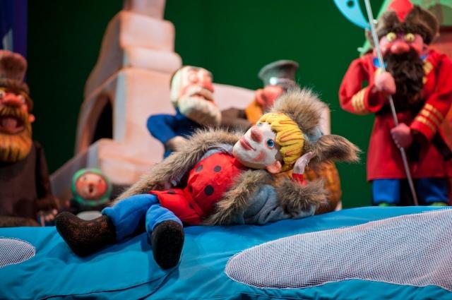 Режиссёр-постановщик спектакля Светлана Дорожко, она же автор инсценировки, предлагает посмотреть на Емелю не как лентяя-дурака, а как на мечтателя и изобретателя