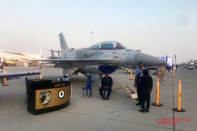 F-16 состоит на вооружении ОАЭ.