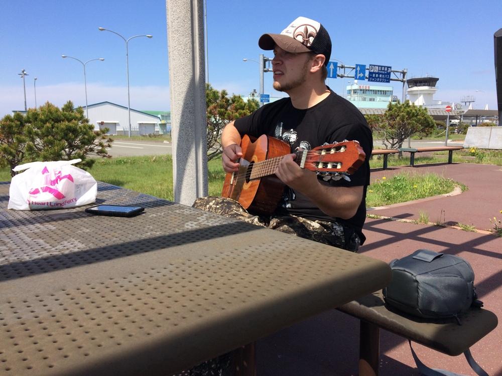 Гитара помогла друзьям получить помощь у местных жителей.