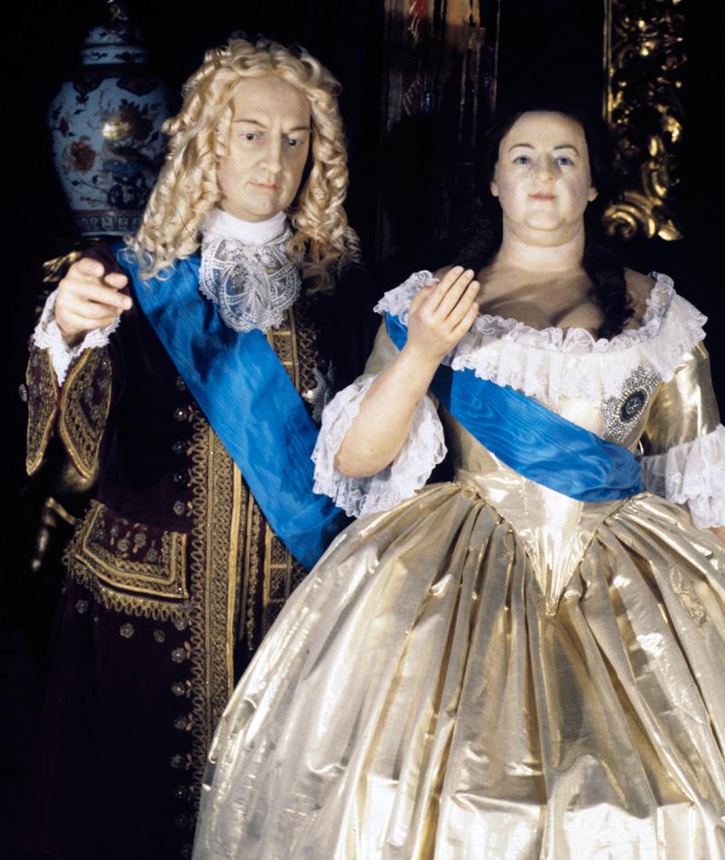 Восковые фигуры Бирона и Анны Иоанновны, экспонаты Музея восковых фигур в здании Большой оранжереи Нижнего парка Петродворца.