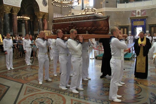 Ковчег с мощами прибыл в Кронштадт из Санаксарского монастыря.