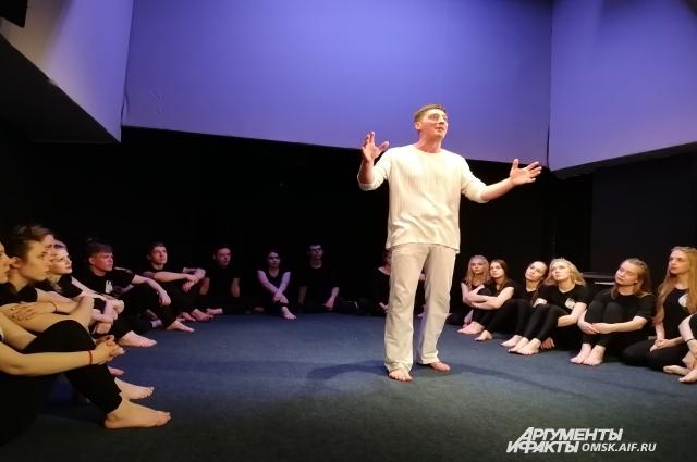 Александр не только актёр Лицейского, он ещё и педагог.