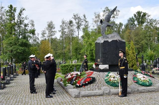 Мемориал АПРК «Курск» на Серафимовском кладбище.