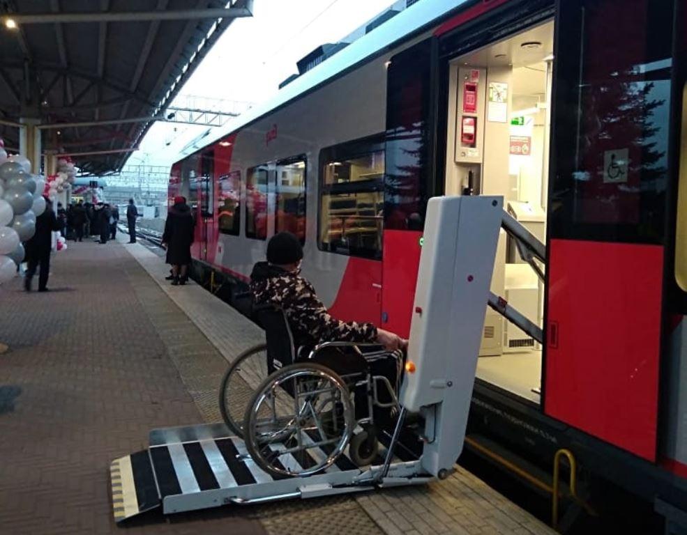 Одно из преимуществ поезда перед автобусом - наличте специального подъёмника и мест для колясок.