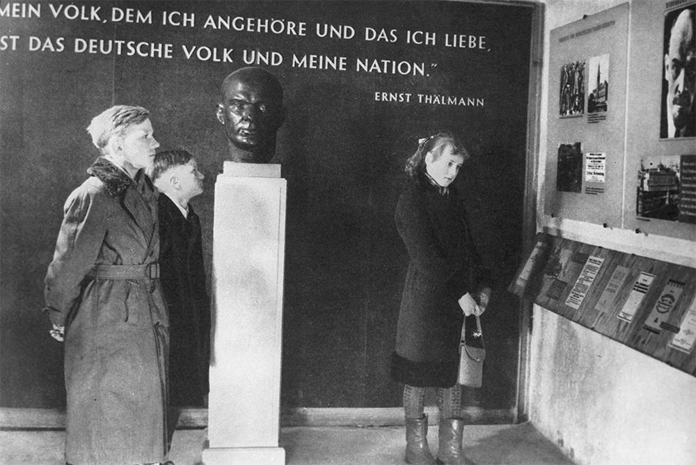 Мемориал жертвам фашизма на месте бывшего концентрационного лагеря Бухенвальд. Кабинет памяти Эрнста Тельмана в подвале бывшего дезинфекционного барака.