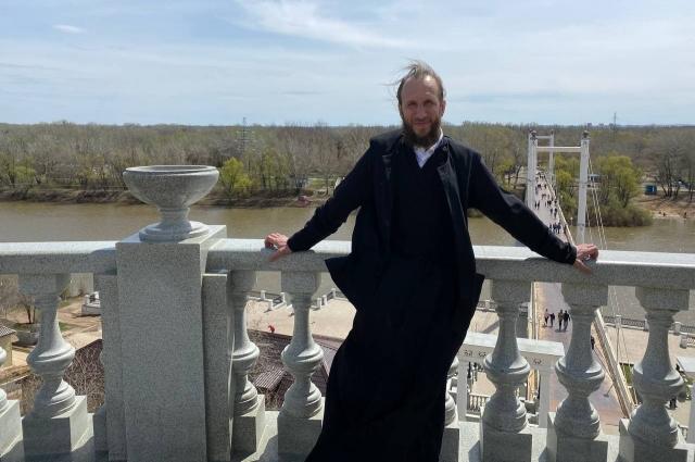 архимандрит Симеон (Томачинский) совершил первую литургию в строящемся храме Преподобного Пимена Угрешского на Малой земле.