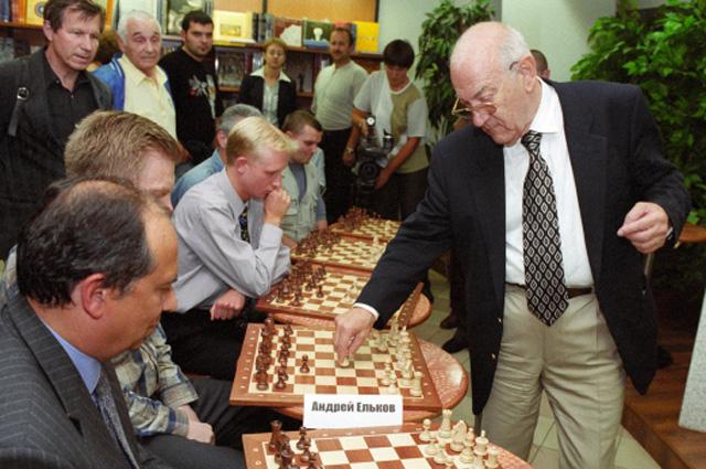 Виктор Корчной проводит сеанс одновременной игры с читателями на презентации своего двухтомника Мои 55 побед белыми, Мои 55 побед чёрными, 2004 г