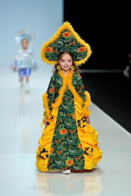 Аня на Неделе моды в Москве. Наряд ей создала смоленский дизайнер Олеся Ермачкова.